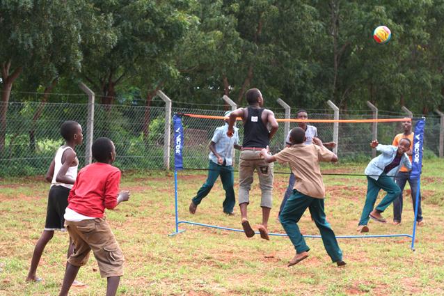 Schüler beim Volleyballspielen